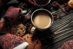 Ароматичные печенья и специи кофе на деревянной предпосылке, стильной Стоковое Изображение RF