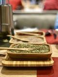Ароматичные сухие травы на деревянной плите стоковые фотографии rf