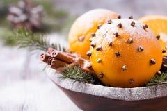 Ароматичный апельсин рождества с гвоздичными деревьями Стоковые Изображения RF