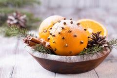 Ароматичный апельсин рождества с гвоздичными деревьями Стоковые Фотографии RF