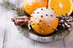 Ароматичный апельсин рождества с гвоздичными деревьями Стоковое Изображение RF