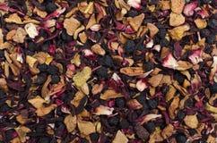 Ароматичный черный сухой чай с плодоовощами и лепестками Стоковые Фото