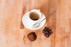 ароматности moka кофейной чашки предпосылка 2 горячей деревянная стоковая фотография