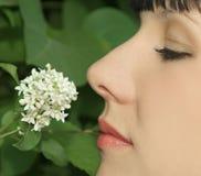ароматность наслаждаясь цветками женщиной стоковое изображение rf