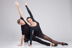 2 артиста балета практикуя на белизне. Стоковые Фото