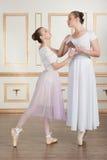 Артисти балета представляя с шоколадом Стоковая Фотография