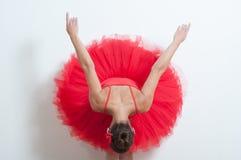 Артист балета в красном цвете показывая ее заднюю часть стоковая фотография rf