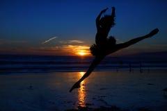 Артист балета на заходе солнца Outdoors Стоковые Изображения RF