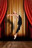 Артист балета на этапе с задрапировывает стоковые фотографии rf
