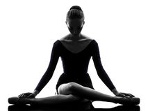 Артист балета балерины молодой женщины протягивая нагревающ silho Стоковая Фотография RF
