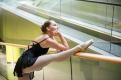 Артист балета на эскалаторе Стоковое Изображение