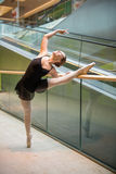 Артист балета на эскалаторе Стоковая Фотография