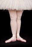 Артист балета стоя на черном поле Стоковое фото RF