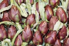 артишоки свеже сжатые для продажи на фрукте и овоще стоковое фото rf