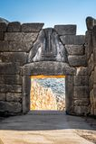 Археологические раскопки Mycenae около деревни Mykines, с старыми усыпальницами, гигантскими стенами и известным стробом львов стоковое фото rf