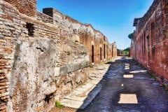 Археологический взгляд улицы римской империи в Ostia Antica - Риме Стоковые Фотографии RF