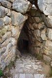 Археологические раскопки Mycenae и Tiryns Вход к навозу стоковое изображение