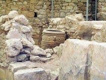 Археолог копая экскаватором на старых руинах дворца Knossos, Gre Стоковое Изображение RF