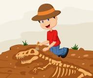Археолог ребенка шаржа копая экскаватором для ископаемого динозавра Стоковое фото RF