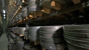 Архив фильма Фильмы, кино наматывают на shelfs в огромном старом архиве кино акции видеоматериалы