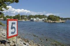Архипелаг Nynshamn с морским знаком уличного движения, 5 узлами стоковая фотография rf