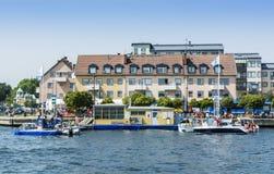 Архипелаг Стокгольма: Бензозаправочная колонка Vaxholm шлюпки Стоковые Фотографии RF