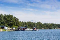 Архипелаг Стокгольма: Магазин страны и бензозаправочная колонка шлюпки Стоковые Изображения