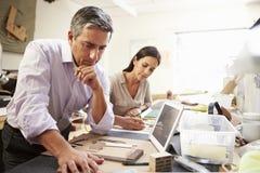 2 архитектора делая модели в офисе используя таблетку цифров Стоковые Изображения RF