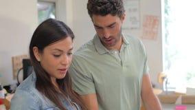 2 архитектора делая модели в офисе совместно акции видеоматериалы