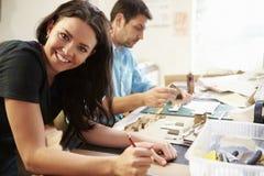 2 архитектора делая модели в офисе совместно Стоковое Изображение