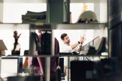 2 архитектора обсуждая новый проект на современном офисе Стоковые Фотографии RF