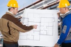 2 архитектора обсуждая план Стоковая Фотография RF