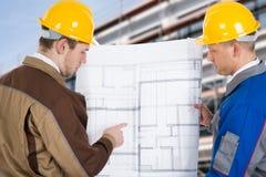 2 архитектора обсуждая план Стоковое фото RF