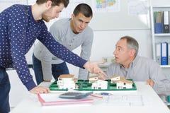 3 архитектора обсуждая развитие воспроизводства Стоковые Изображения RF