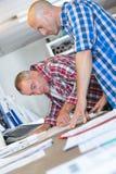 2 архитектора обсуждая светокопию деталей Стоковая Фотография
