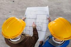 2 архитектора обсуждая светокопию Стоковые Изображения RF