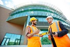 2 архитектора перед современным зданием Стоковые Изображения