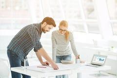 2 архитектора работая совместно в офисе Стоковая Фотография RF