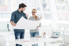 2 архитектора работая совместно в офисе Стоковое Фото