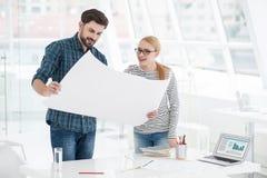 2 архитектора работая совместно в офисе Стоковые Изображения