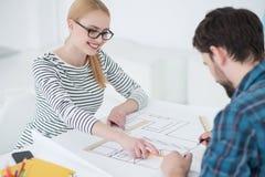 2 архитектора работая совместно в офисе Стоковое Изображение