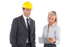 2 архитектора смотря доску сзажимом для бумаги Стоковое Изображение