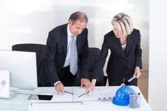 2 архитектора смотря планы Стоковые Фото