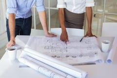 2 архитектора смотря светокопии Стоковое фото RF