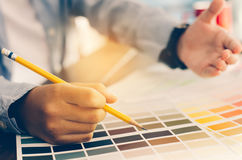 Архитекторы график-дизайнера которые работают с сравнением цвета Стоковое Фото