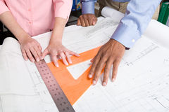 Архитекторы измеряя светокопию стоковое фото
