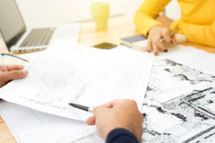 Архитекторы или дизайнеры ландшафта обсуждая светокопии Стоковое фото RF