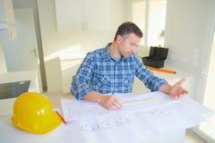Архитекторы концепции архитектора работая с светокопиями в офисе Стоковое фото RF