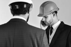 Архитекторы обсуждают проект Работник с smartphone на деловой встрече Конструкция, инженерство, дело Стоковые Изображения RF