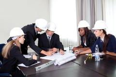архитекторы обсуждая группу успешную Стоковая Фотография